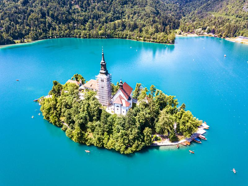 Widok z lotu ptaka otok, wniebowzięcie Mary kościół z wierza, iglica, i, na górze Krwawiliśmy jezioro, Slovenia fotografia stock