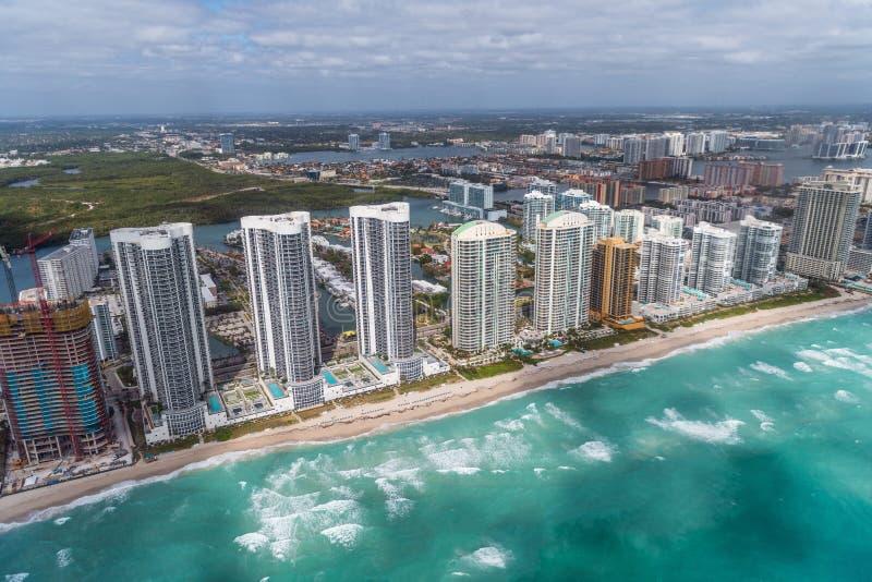 Widok z lotu ptaka Północni Miami plaży drapacze chmur z słońcem i chmurami zdjęcie stock