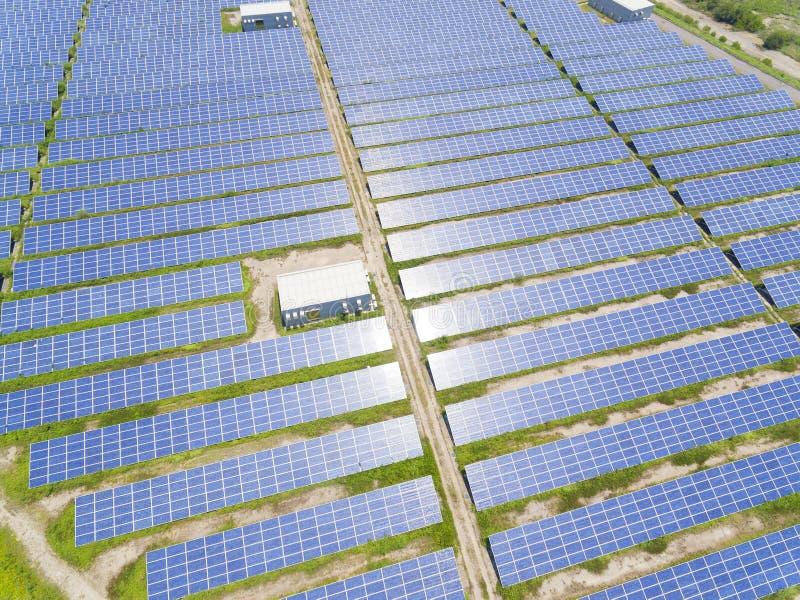 Widok z lotu ptaka panelu słonecznego gospodarstwo rolne fotografia royalty free