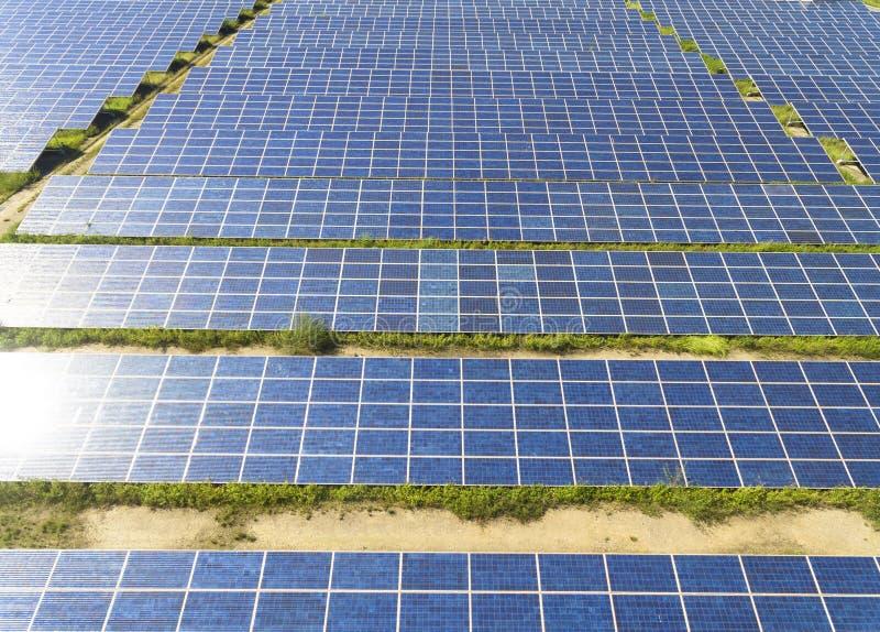 Widok z lotu ptaka panelu słonecznego gospodarstwo rolne zdjęcie stock