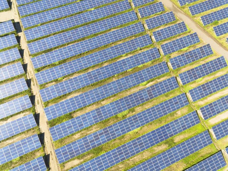 Widok z lotu ptaka panelu słonecznego gospodarstwo rolne zdjęcie royalty free
