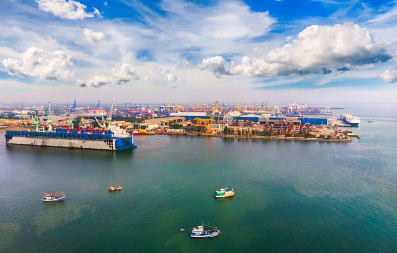 Widok z lotu ptaka panorama od trutnia Statek w importowym, eksportowym biznesie/ zdjęcie stock