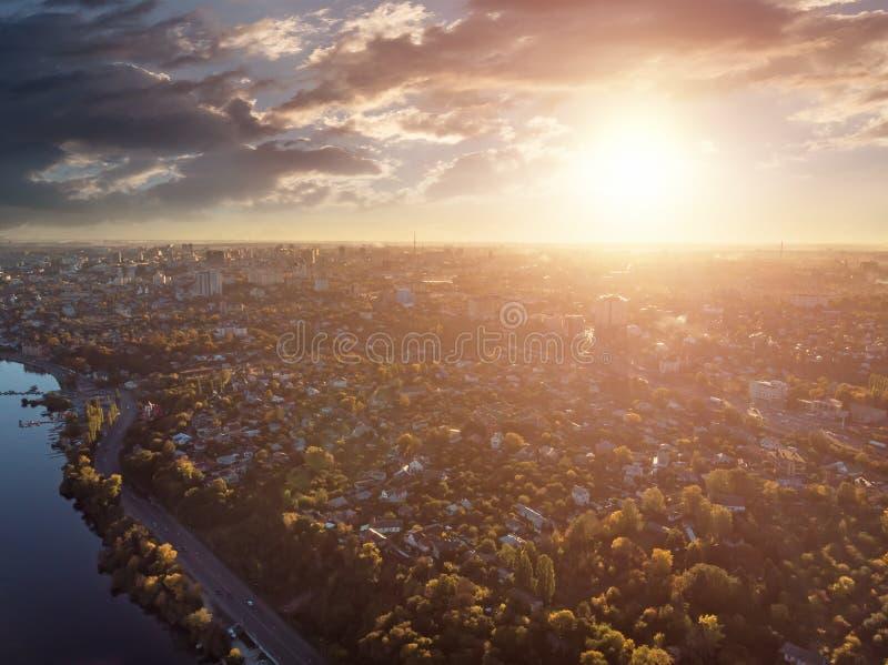 Widok z lotu ptaka panorama Voronezh miasto od above przy zmierzchem, wiele budynkami i drogami z samochodowym ruchem drogowym w  obraz stock