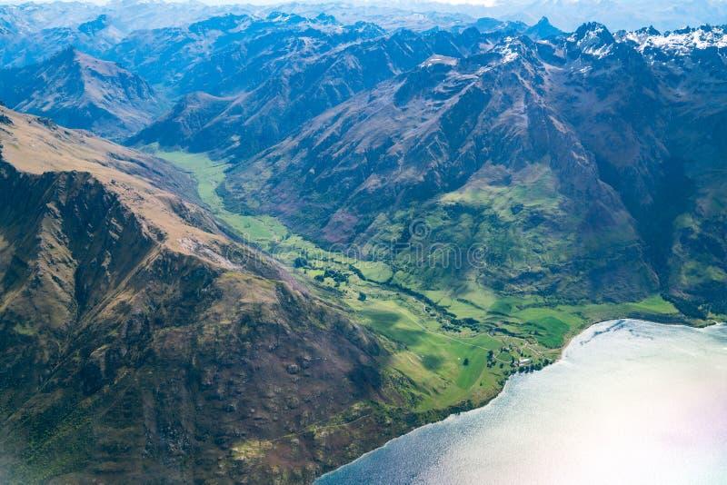 Widok z lotu ptaka pasma górskie i jezioro krajobraz zdjęcie stock