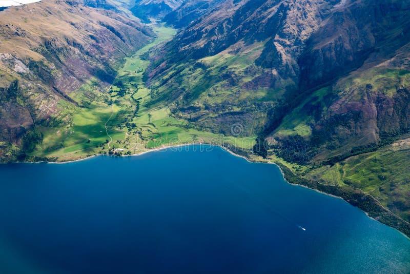 Widok z lotu ptaka pasma górskie i jezioro krajobraz zdjęcia stock