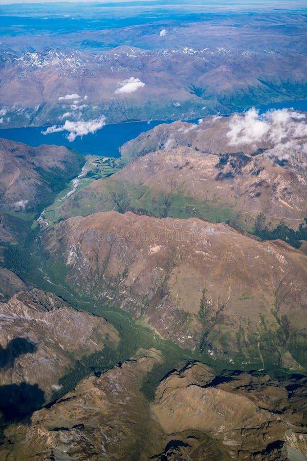 Widok z lotu ptaka pasma górskie i jezioro krajobraz fotografia royalty free