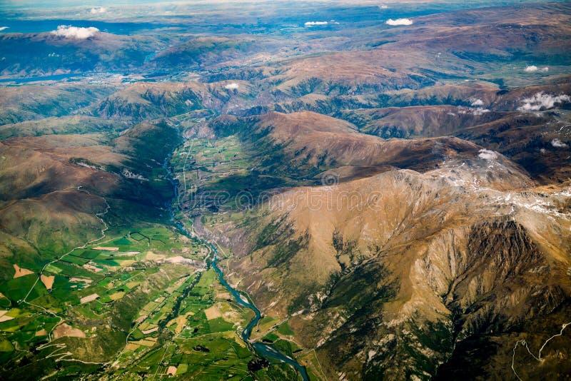 Widok z lotu ptaka pasma górskie i jezioro krajobraz fotografia stock