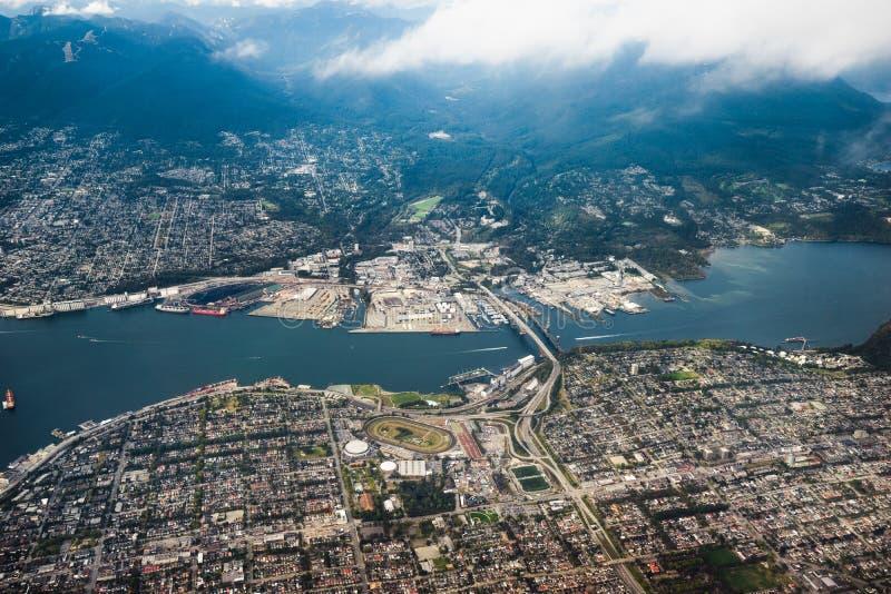 Widok z lotu ptaka patrzeje w kierunku Północnego Vancouver Burrard wpust fotografia stock