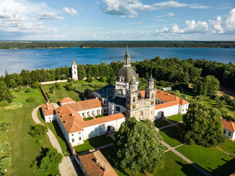 Widok z lotu ptaka Pazaislis monaster i kościół wielki monasteru kompleks w Lithuania, lokalizować na półwysepie w Kaunas zdjęcie stock