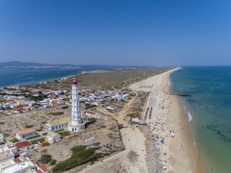 Widok z lotu ptaka piękny ilha robi Farol latarni morskiej wyspie w Algarve, Portugalia obraz royalty free