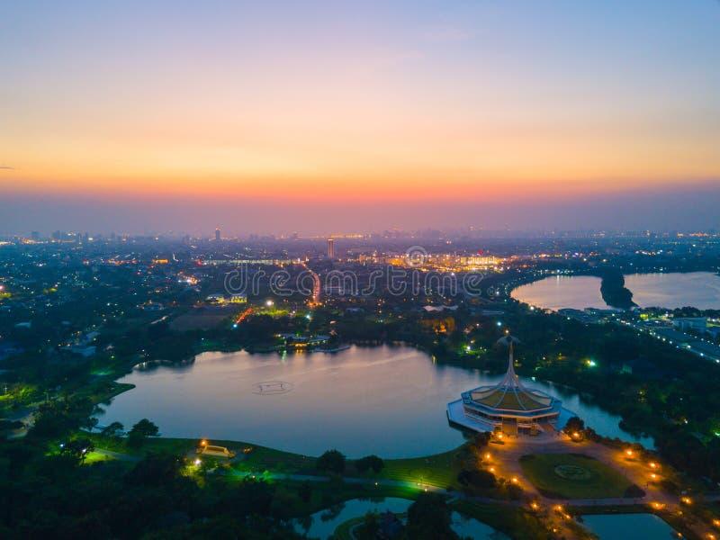 Widok z lotu ptaka piękny zmierzch w Ramy 9 jawnym parku w Bangkok zdjęcia royalty free