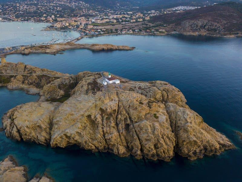 Widok z lotu ptaka Pietra latarnia morska i Genueński wierza przy zmierzchem Czerwona wyspa, Corsica, Francja obrazy royalty free