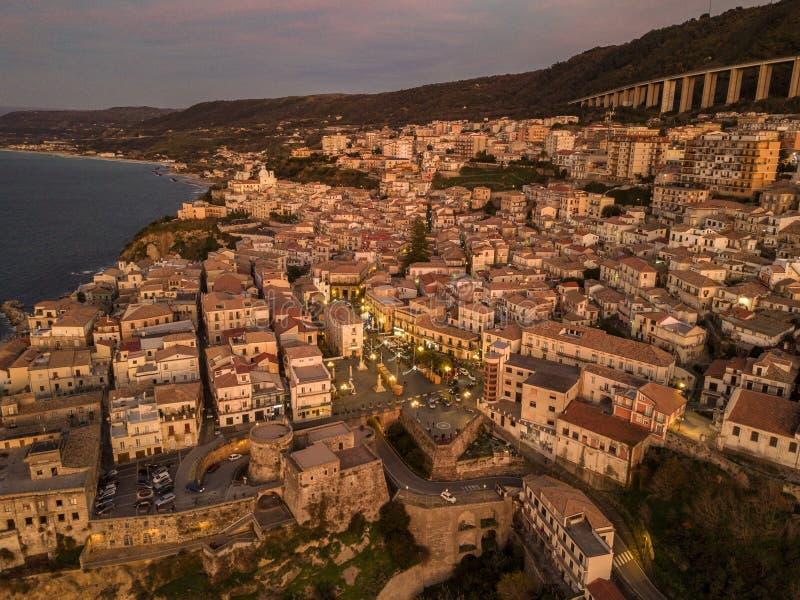 Widok z lotu ptaka Pizzo Calabro, molo, kasztel, Calabria, turystyka Włochy ujawnienia zawodnik bez szans zmierzchu czas zdjęcie royalty free