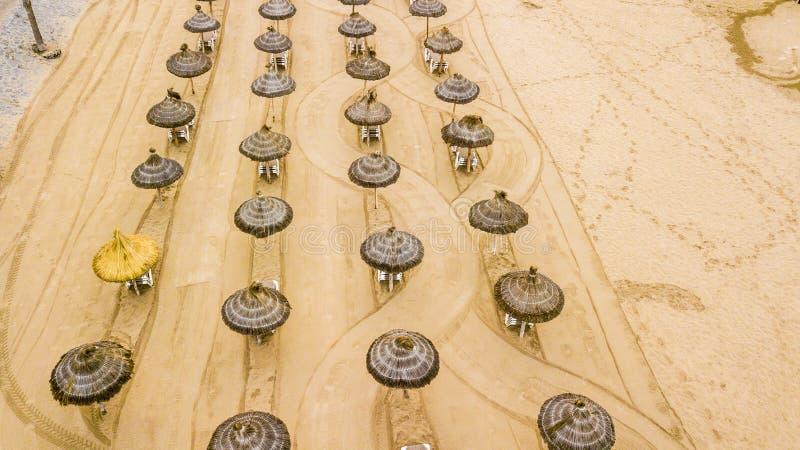 Widok z lotu ptaka plażowi czekanie turyści w wczesnym poranku po czyścić piasek nikt i restor wakacje tam zdjęcie royalty free