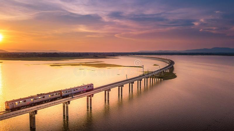 Widok Z Lotu Ptaka pociąg biega na moscie Nad rzeki Pa Sak obraz stock
