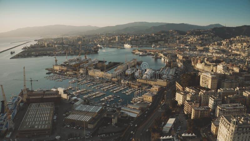 Widok z lotu ptaka port morski i pejzaż miejski genua w wieczór, Włochy obraz royalty free