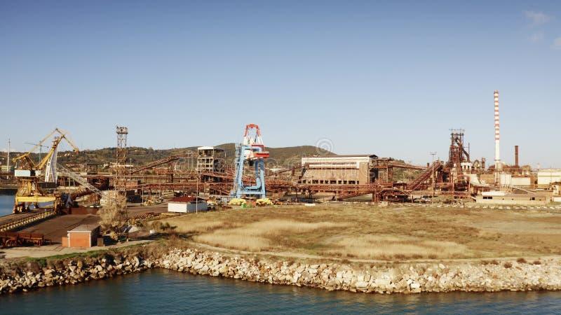 Widok z lotu ptaka port morski i stary park przemysłowy blisko Piombino, Włochy obraz stock