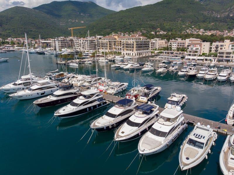 Widok z lotu ptaka Porto Montenegro Jachty w porcie morskim Tivat miasto Kotor zatoka, Adriatycki morze s?awna miejsce przeznacze zdjęcie stock
