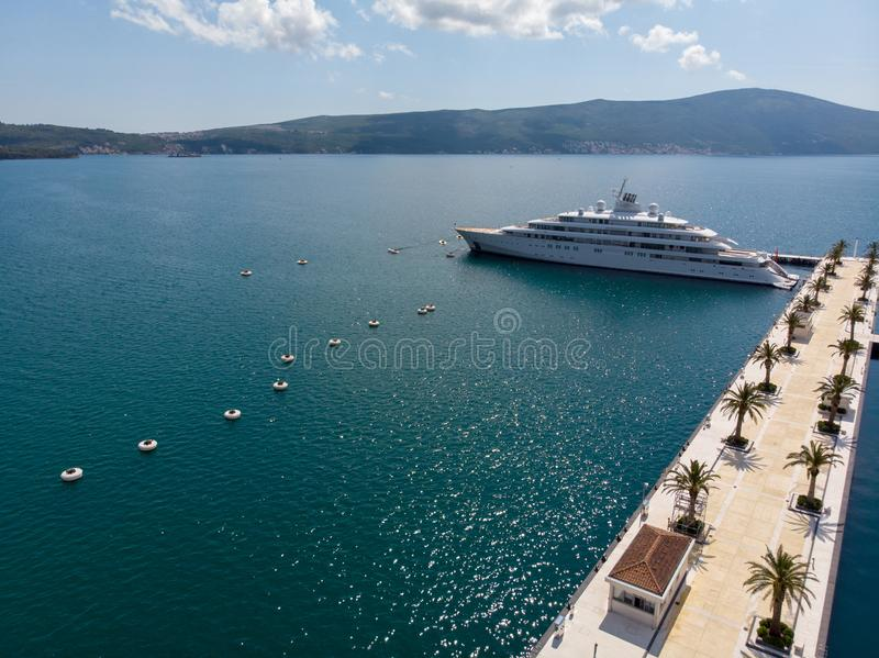 Widok z lotu ptaka Porto Montenegro Jachty w porcie morskim Tivat miasto Kotor zatoka, Adriatycki morze s?awna miejsce przeznacze fotografia stock