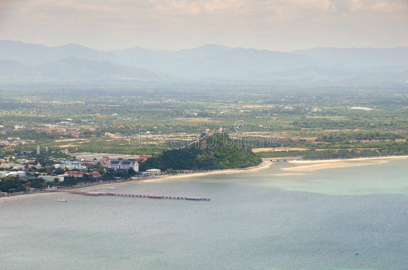 Widok z lotu ptaka Prachuap zatoka, Prachuap grodzki nadbrzeże i Wata Khao Chong Kaeo tajlandzka buddyjska świątynia w Tajlandia, zdjęcia stock