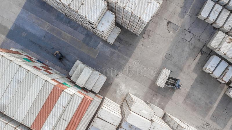 Widok z lotu ptaka przemysłowy logistycznie z zbiornikiem, przyczepa, żuraw l obraz stock