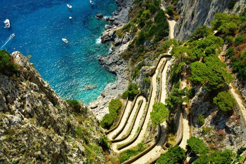 Widok z lotu ptaka Przez Krupp prowadzi błękitny morze, Capri, Włochy zdjęcia royalty free