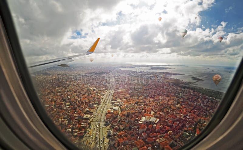 Widok z lotu ptaka przez porthole samolot, lata nad Istanbuł miastem fotografia stock