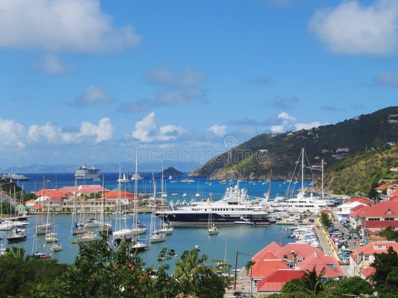 Widok z lotu ptaka przy Gustavia schronieniem z mega jachtami przy St Barts zdjęcie stock