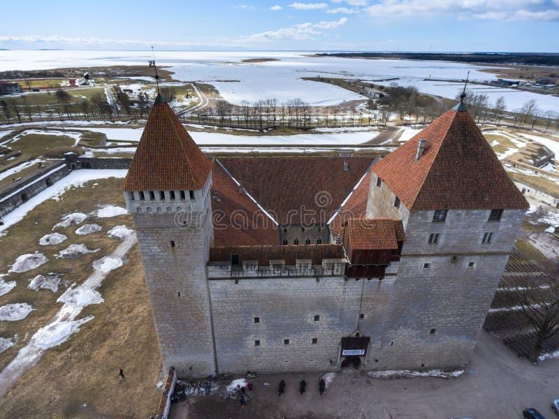 Widok z lotu ptaka przy Kuressaare morzem bałtyckim przy wiosna sezonem i fortecą Średniowieczna fortyfikacja jest w Saaremaa wys fotografia stock