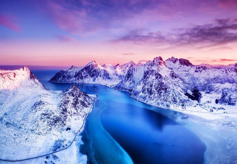 Widok z lotu ptaka przy Lofoten wyspami, Norwegia Góry i morze podczas zmierzchu obrazy stock