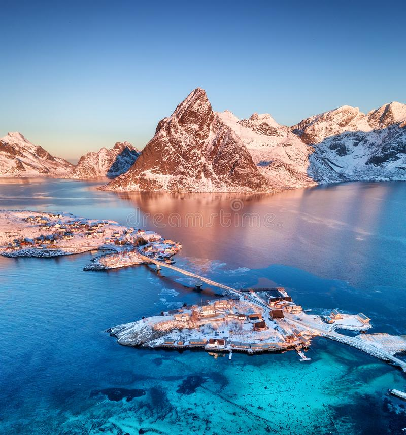 Widok z lotu ptaka przy Lofoten wyspami, Norwegia Góry i morze podczas zmierzchu Naturalny krajobraz od powietrza przy trutniem fotografia royalty free