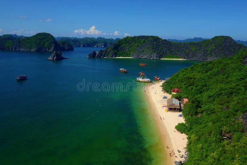 Widok z lotu ptaka przy Małpią wyspy plażą w kotów półdupkach, brzęczenia Tęsk zatoka, Wietnam zdjęcie royalty free