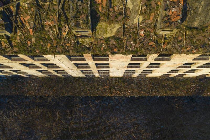 Widok z lotu ptaka przy starym przemysłowym budynkiem z łamanymi dachowymi płytkami i trawy dorośnięciem na dachu zniszczonym i r fotografia stock