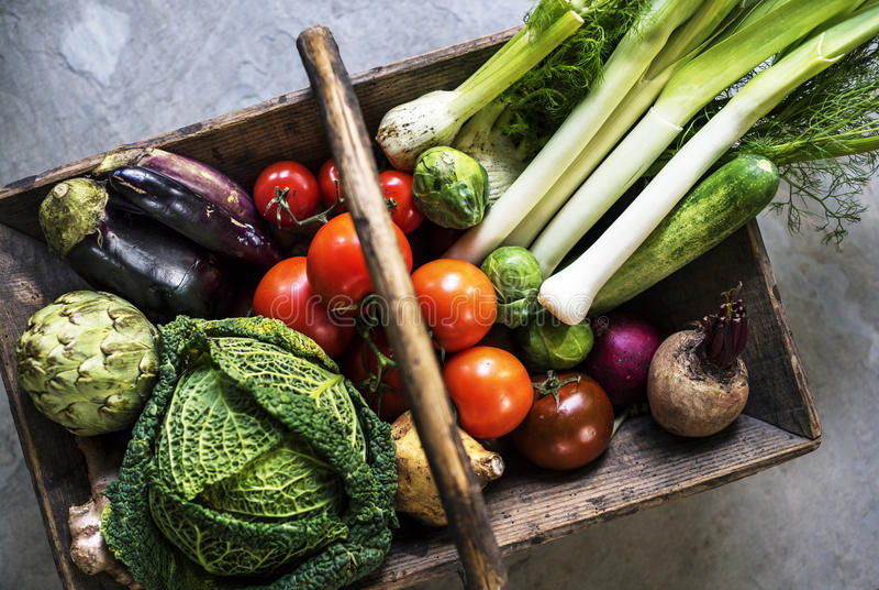 Widok z lotu ptaka różnorodny świeży warzywo w drewnianym koszu obraz royalty free