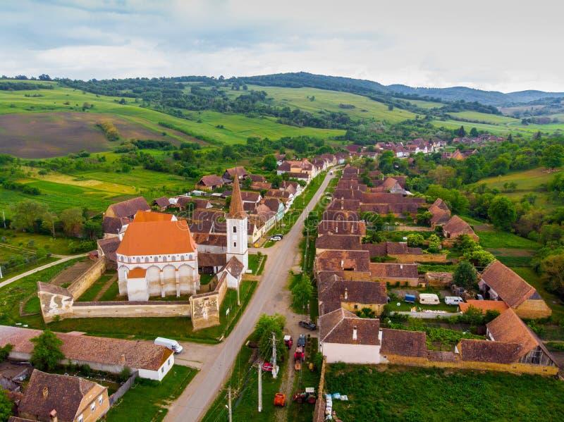 widok z lotu ptaka ?redniowieczny sasa ko?ci?? w Saschiz wiosce, Transylvania, Rumunia Unesco ?wiatowego Dziedzictwa Miejsce waro fotografia royalty free