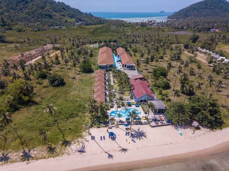 Widok z lotu ptaka residental teren z luksusowymi nabrzeżne willami morzem na tropikalnej wyspie w Thailand obrazy stock