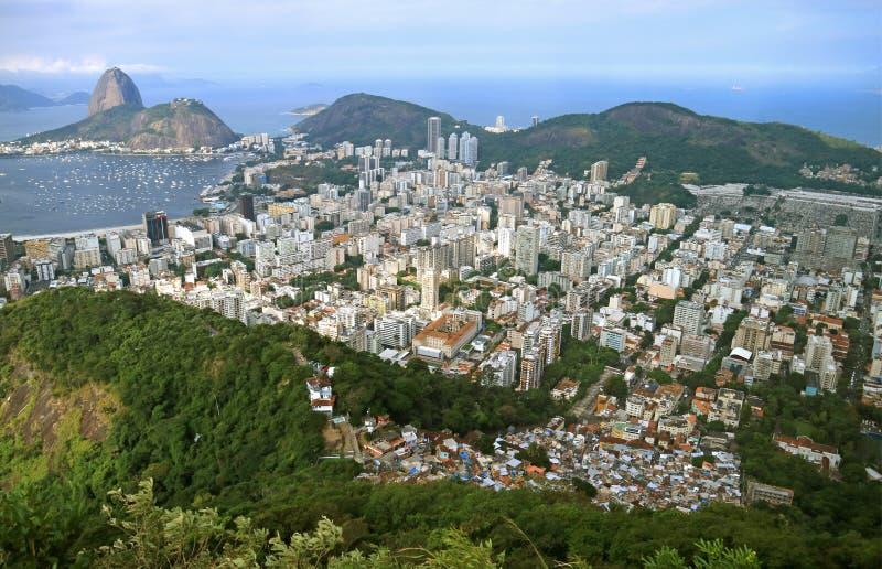 Widok z lotu ptaka Rio De Janeiro pejzaż miejski z sławną Sugarloaf górą w odległości, Brazylia obrazy royalty free