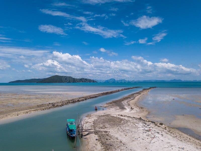 Widok Z Lotu Ptaka Robić dla łodzi w piasek plaży droga wodna kanał obraz stock