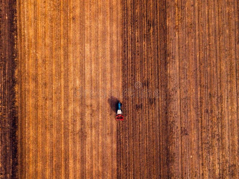 Widok z lotu ptaka robi ?cierniskowemu tillage rolniczy ci?gnik obraz royalty free