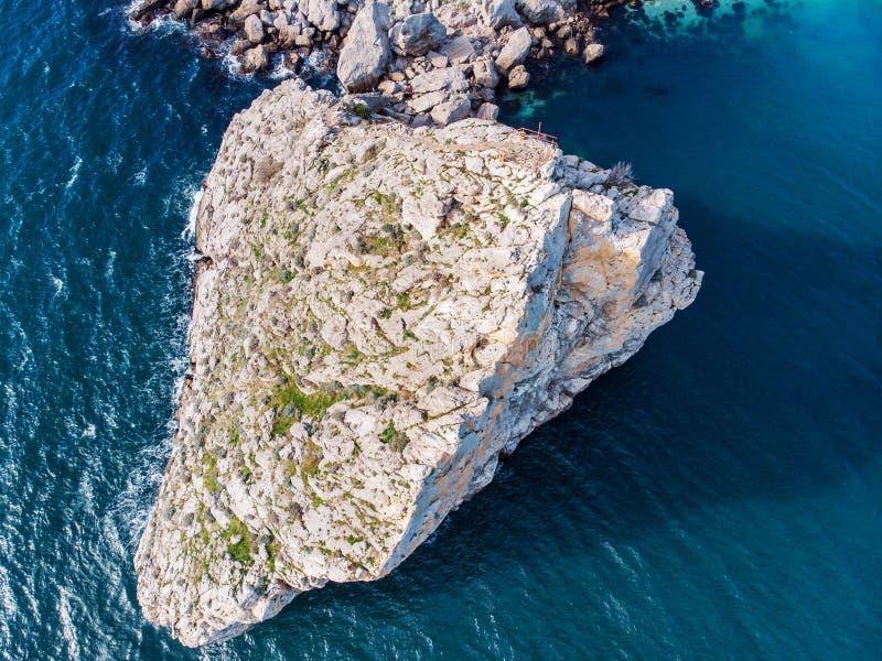 Widok z lotu ptaka rockowa falezy diwa w Simeiz kurortu dennej plaży w Crimea, trutnia strzał Piękny wakacje natury krajobraz fotografia stock