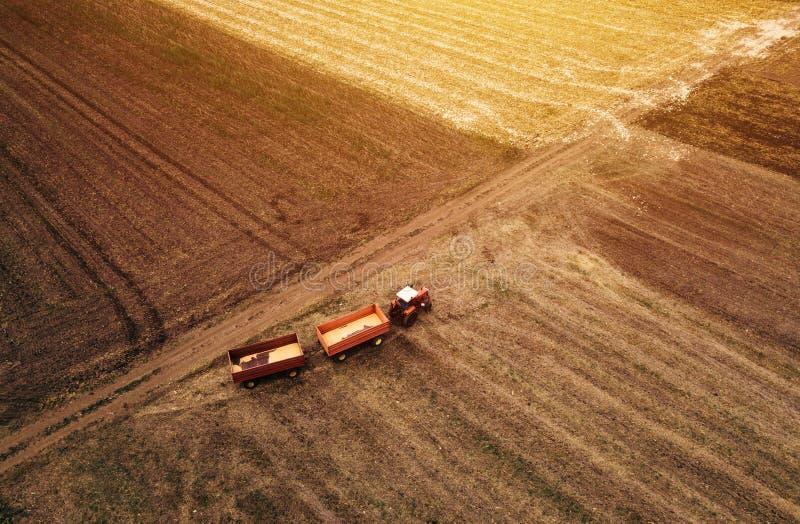 Widok z lotu ptaka rolniczy ciągnik w polu obrazy stock