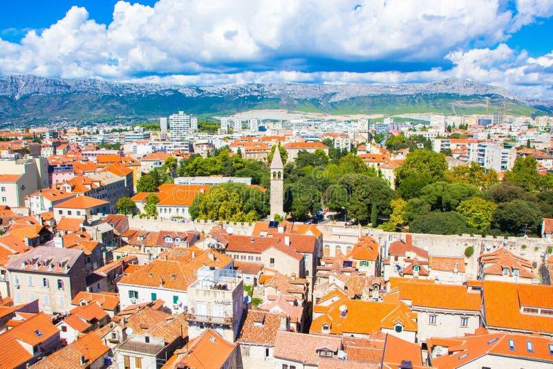 Widok z lotu ptaka Rozszczepiony miasto, Chorwacja dzie? sunny lato Pejzaż miejski Rozszczepiony miasteczko zdjęcia royalty free