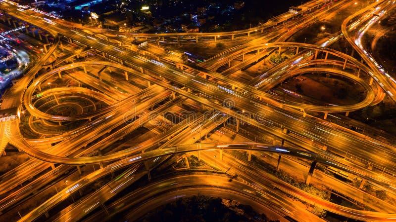 Widok z lotu ptaka ruch drogowy na masywnym autostrady skrzy?owaniu przy noc? obrazy royalty free