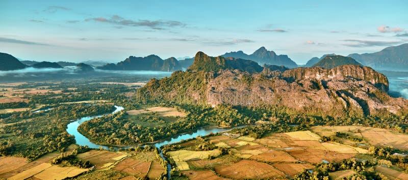 Widok z lotu ptaka ryżu pola w skalistej góry rzece i dolinie obraz stock