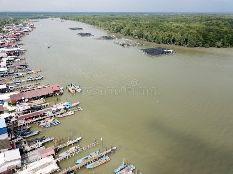 Widok z lotu ptaka rybaka ` s wioska przy Kuala Gula, Perak, Malezja Selekcyjna ostrość fotografia royalty free