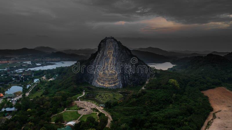 Widok z lotu ptaka rzeźbiący Buddha wizerunek od złota na falezie przy Khao Chee Chan, Pattaya obrazy stock