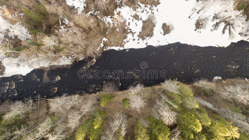 Widok z lotu ptaka rzeka w lesie z ?niegiem wzd?u? bank?w zdjęcie royalty free