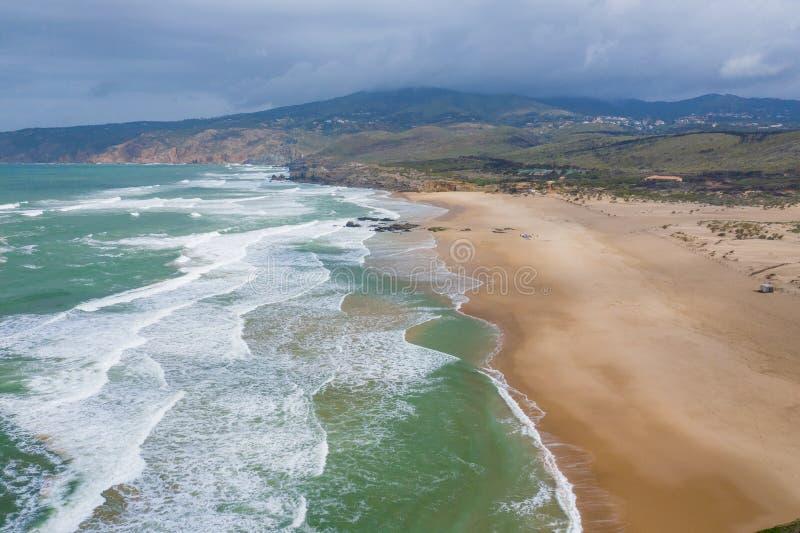 Widok z lotu ptaka sławna Guincho plaża w Cascais blisko Lisbon, Portugalia Fotografia robić z góry trutniem zdjęcia stock