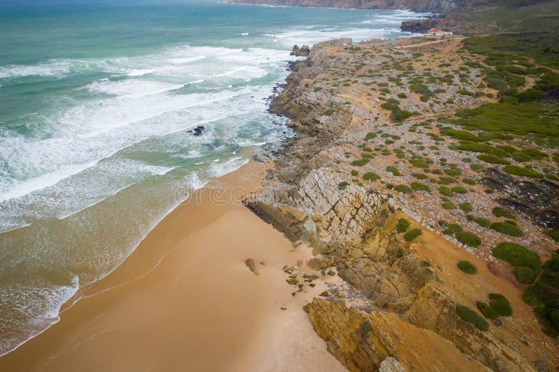 Widok z lotu ptaka sławna Guincho plaża w Cascais blisko Lisbon, Portugalia Fotografia robić z góry trutniem obraz stock