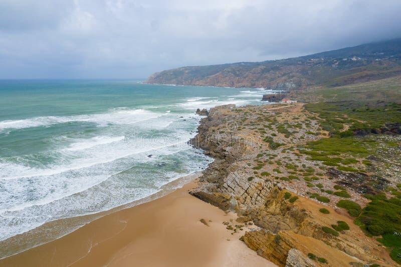 Widok z lotu ptaka sławna Guincho plaża w Cascais blisko Lisbon, Portugalia Fotografia robić z góry trutniem obrazy royalty free